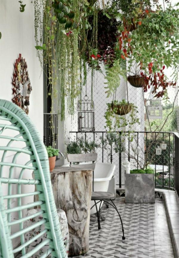 Üppiges Grün, wenige Farben und einfachere Gestaltung machen aus dem keinen Balkon ein Ort zur Entspannung-deko ideen für balkon terrasse