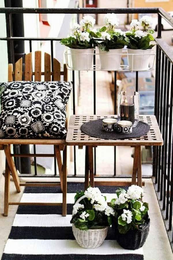 April auf dem Balkon mit schwarz-weißem Design-deko ideen für balkon terrasse