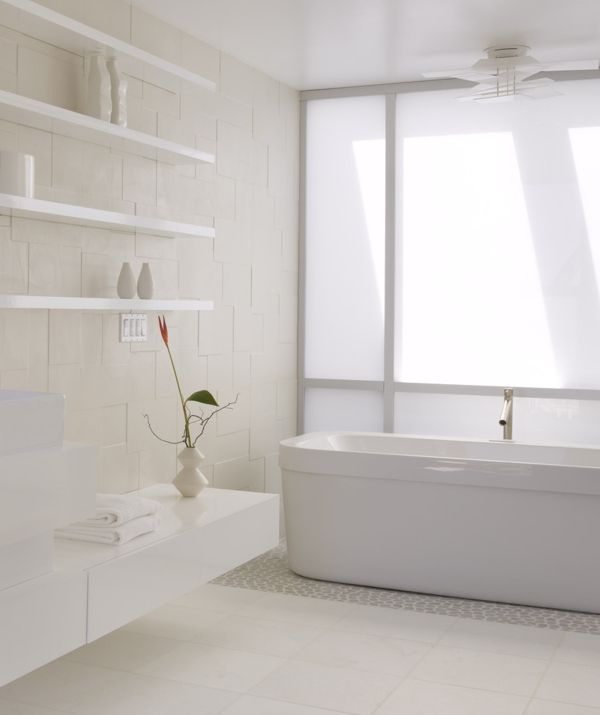 Badezimmer schwebende Wandregale symmetrisch weiß