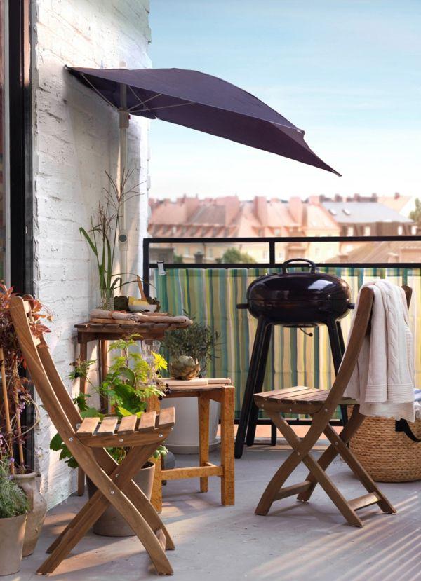 Balkongrill Holztisch Sitzstühle gemütlich