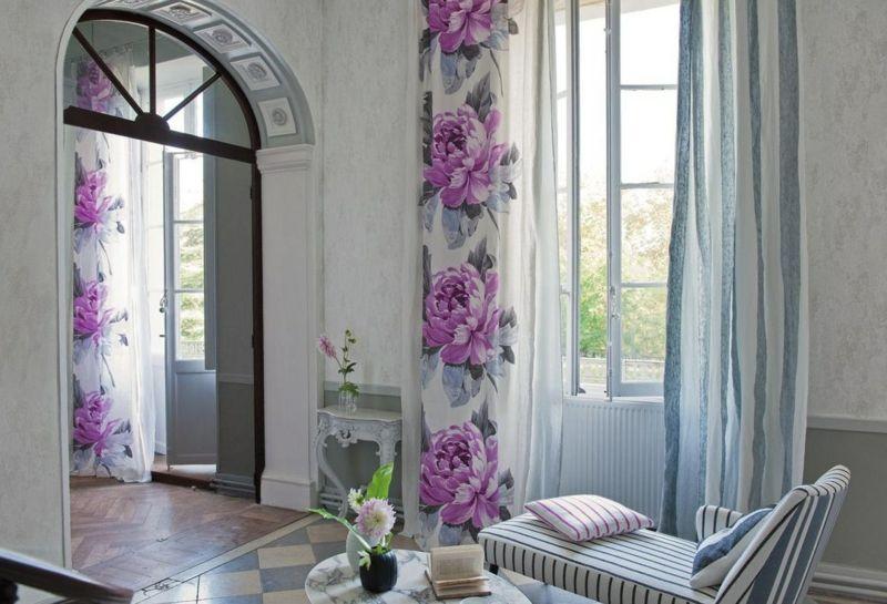 Den Frühling mit der Hilfe von Gardinen mit Blumenmustern zuhause einladen