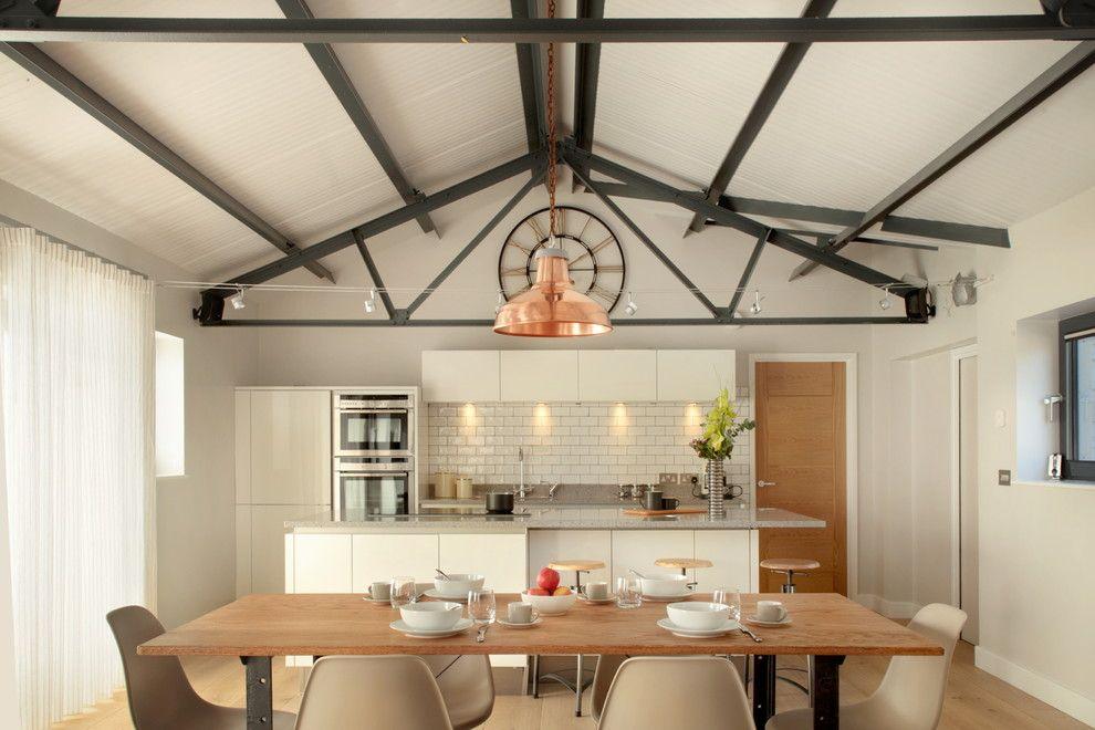 Elegant Küche Unter Giebeldach Warme Farbtöne