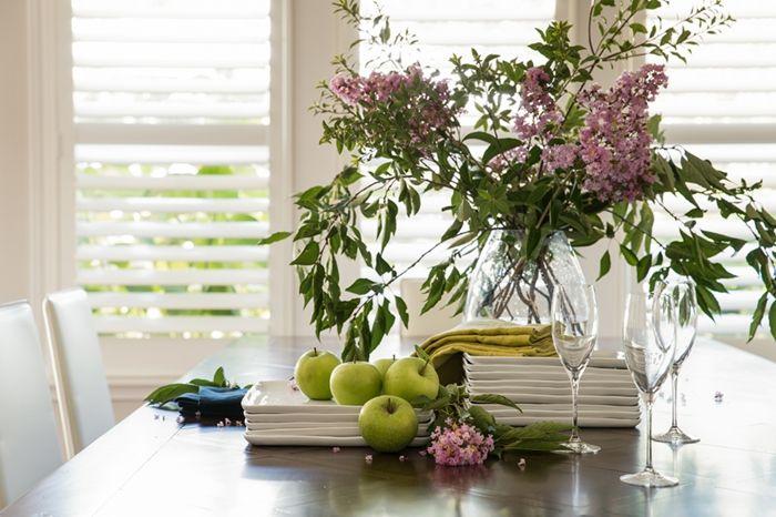 Fliederstrauß Zweige Frühlingsblumen natürliche Materialien Osterdeko Festtisch