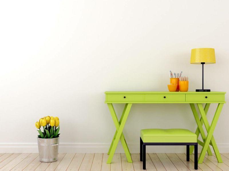Frühlingsdekoration mit bunten Möbeln und Wohnaccessoires