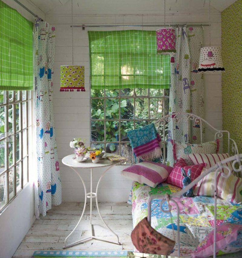 Frühlingsdekoration mit frischen Farben für das kleine Schlafzimmer