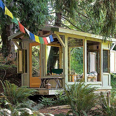 Gartenhütte Holz groß Fesnter Sofa Einrichtung