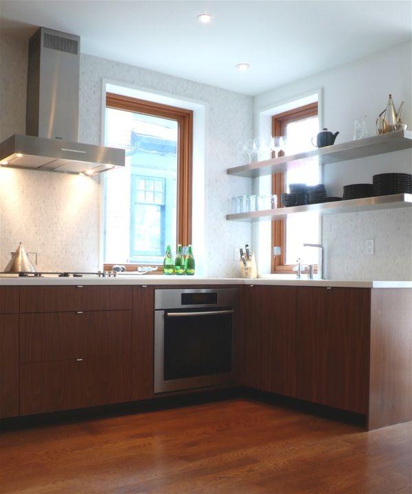 Hängeregale Metall Küche vor dem Fenster Ordnung