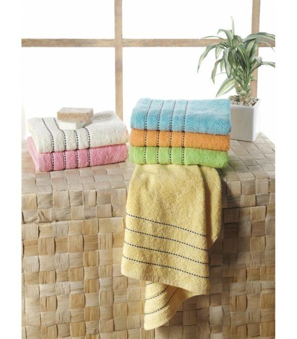 Handtücher in Frühlingsfarben für das Badezimmer