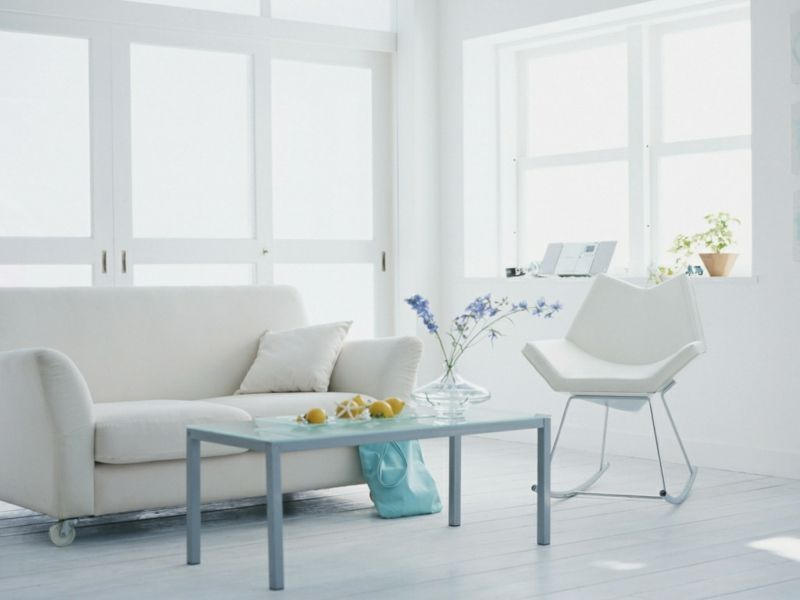 Interior in Weiß und Hellblau sorgt für Leichtigkeit und Weite im Wohnzimmer