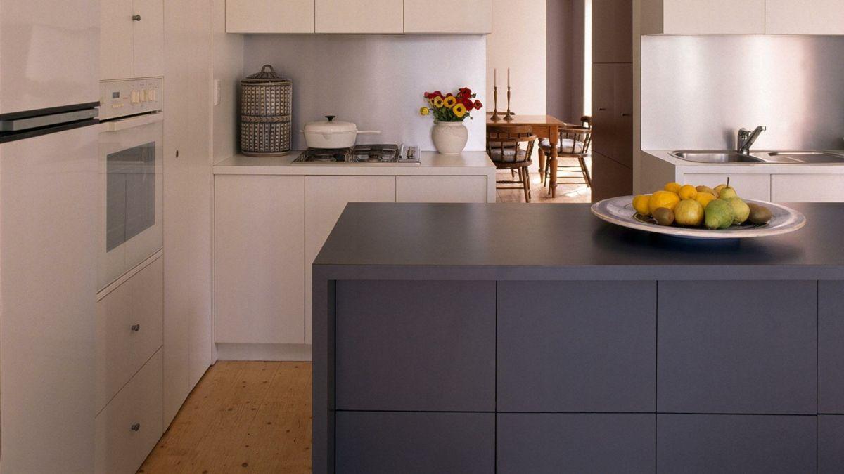 Küche Einrichtung dunkelgrau Kochinsel