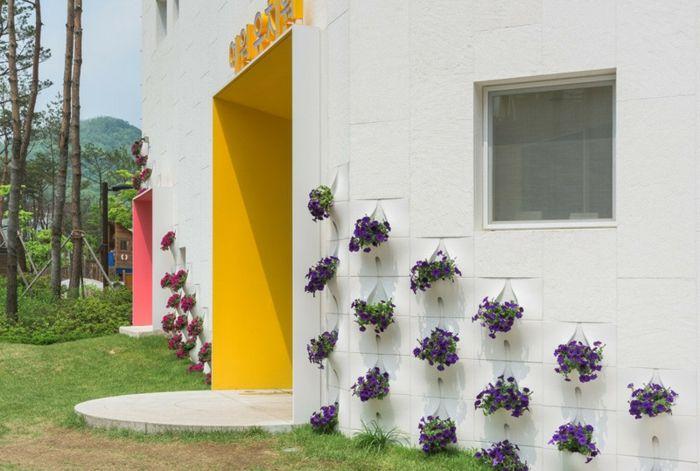 Kindergarten innovativer Bau Pflanzen Eingang
