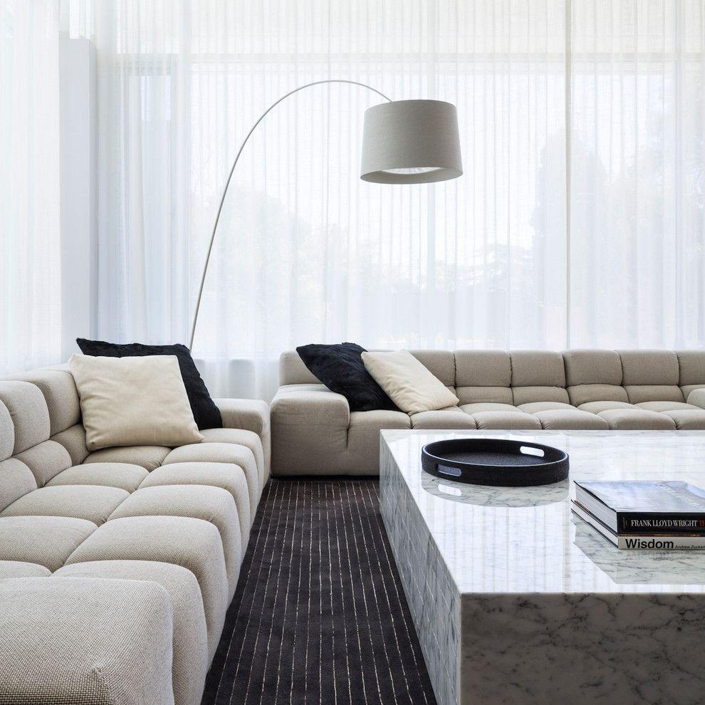 Klassisches Wohnzimmer Design beige Sofas Marmor Beistelltisch