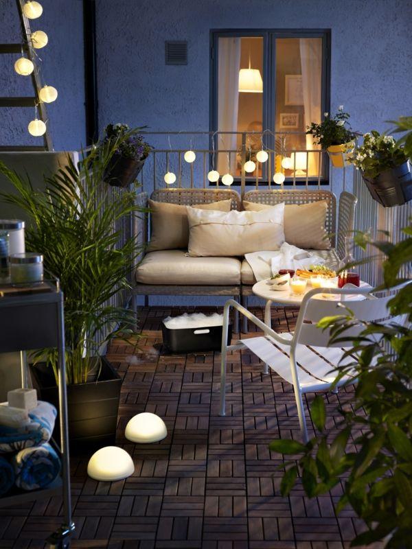 Kleiner Balkon einrichten behaglich Lichterketten Rückzugsort