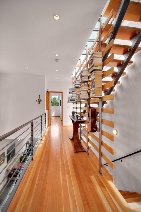 Modern Flur Holzboden Hausbibliothek eingebaut Wandregal