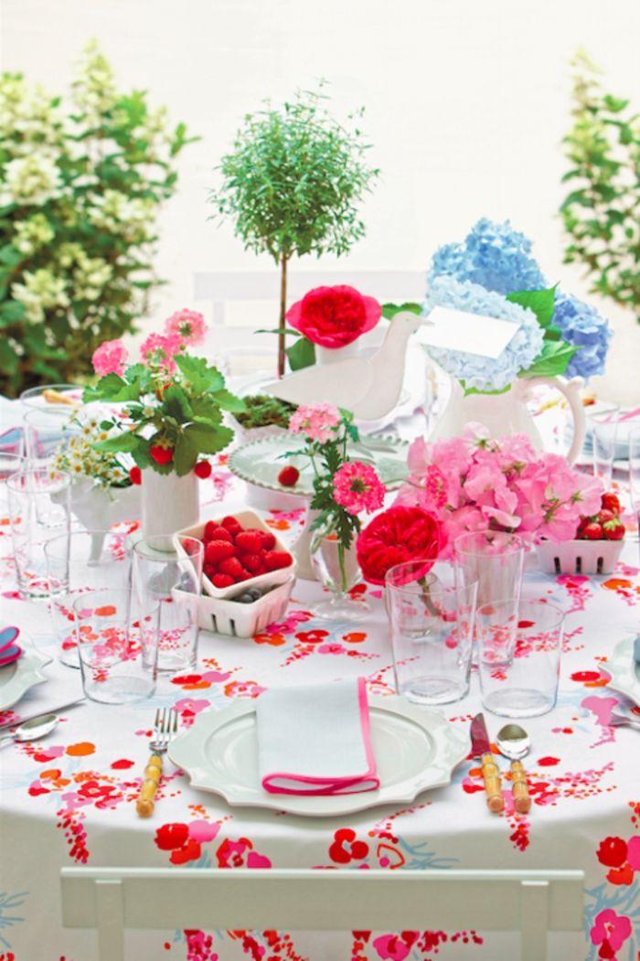 Ostern Tischdekoration Blumen Erdbeeren Becher Obstschalen Tortenständer