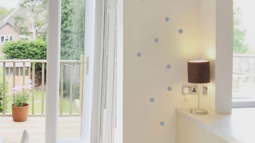 Eine Weiße Wand Kann Kühl Und Unpersönlich Wirken. Ein Paar Farbtupfer  Darauf Verändern Gleich Den Look Und Peppen Den Ganzen Raum Auf.