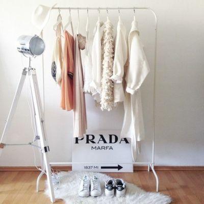Stilvoll Raumgestaltung Kleiderstange weiß Rampenlicht