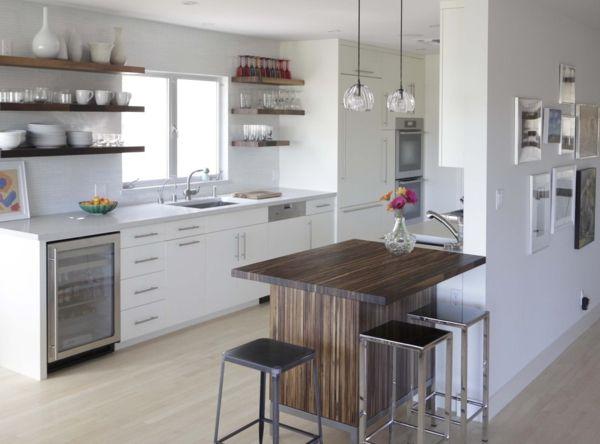 Wandregale Küche verschiedene Holznuancen optischer Effekt