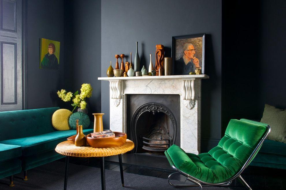 Wohnzimmer Farbkontrast schwarze Wandfarbe grelle Wohnaccessoires