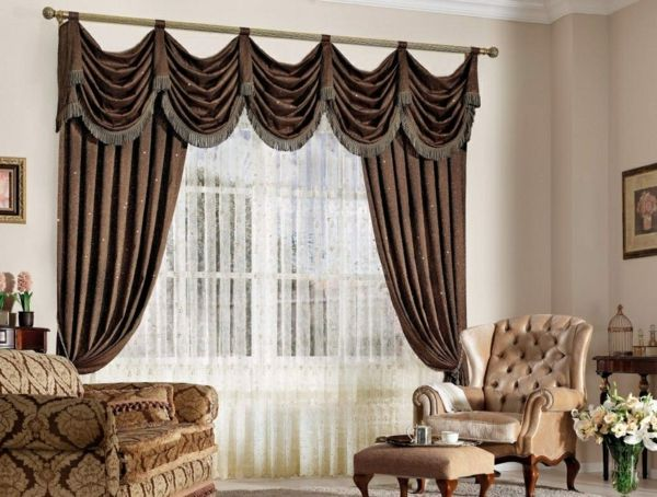 Wohnzimmer mit eleganten Gardinen und Vorhängen