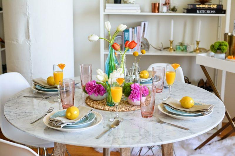 Wunderschöne Tischdekoration mit Frühlingsblumen und Farben