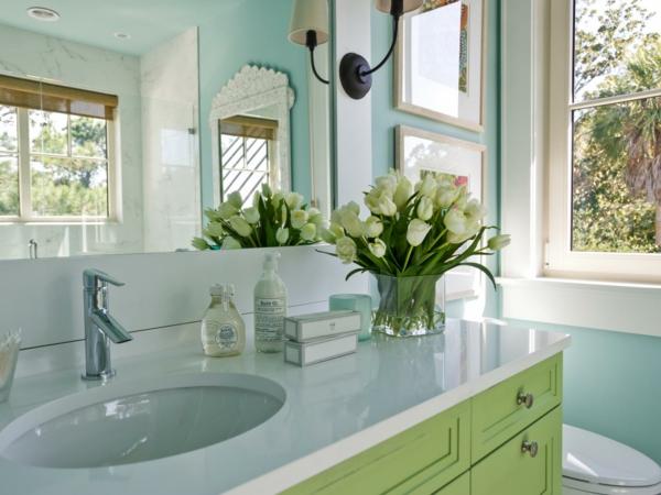 Wunderschöner Tulpenstrauß bringt den Frühling ins Badezimmer