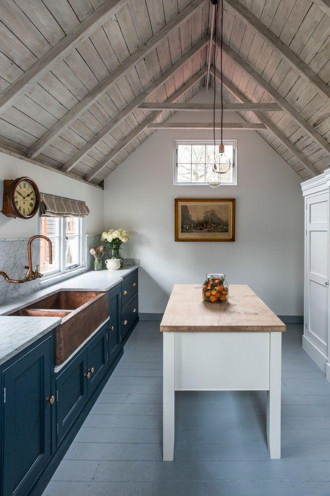 klein Küche mit Kochinsel unter Giebeldach