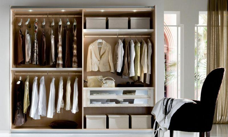 Alles gut geordnet in dem Kleiderschrank