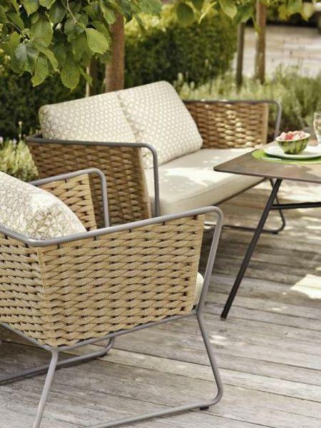 Naturfarbene Möbel schreiben sich in den Garten sehr gut ein.