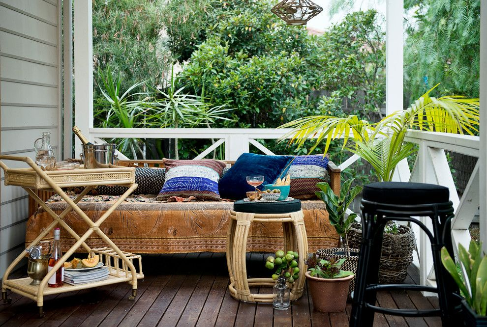 Balkon eklektisch Beistellstisch Topfpalme Liege Deko Kissen Decke Holzboden