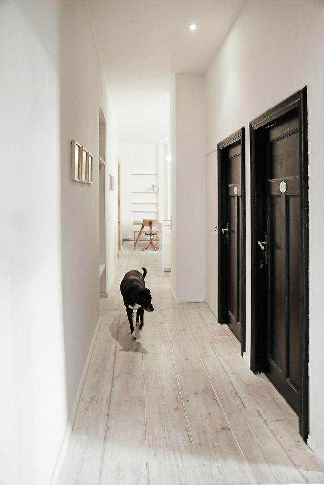 Berlin renoviert Shabby chic Industrialstil Flur Korridor schwarz Tür