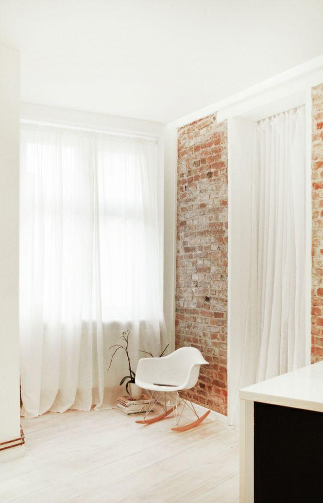 Berlin renoviert Shabby chic Industrialstil schäbige Wand Ziegel weiß Gardinen
