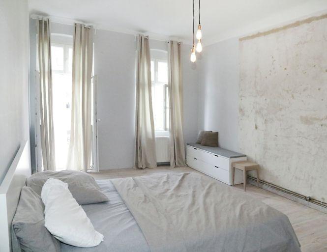 Berlin renoviert Shabby chic Industrialstil schäbige Wand weiß Schlafzimmer Gardinen