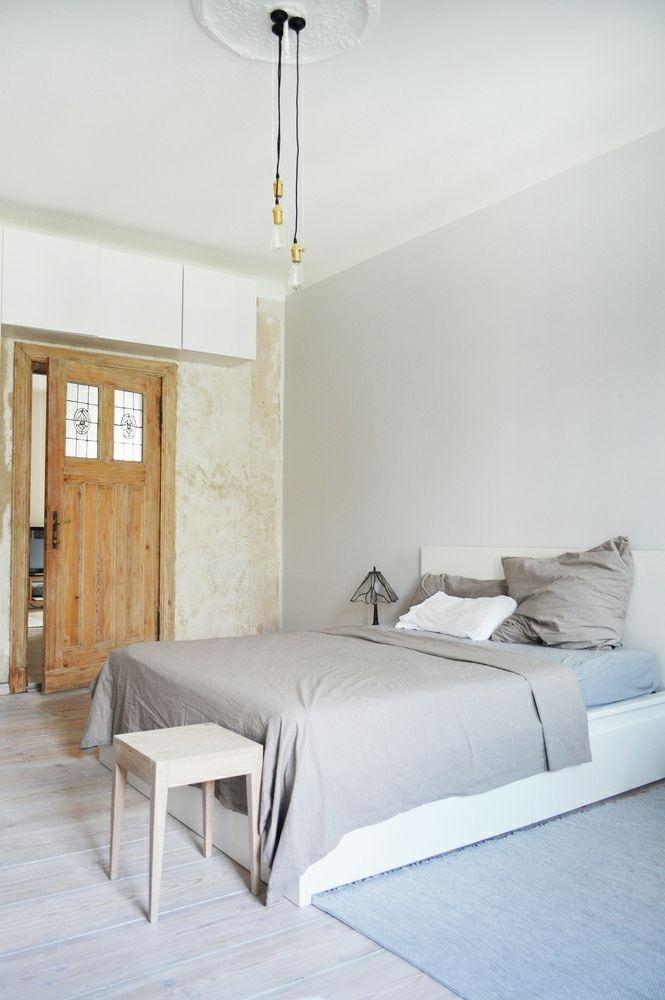 Berlin renoviert Shabby chic Industrialstil schäbige Wand weiß Schlafzimmer Holztür grau Hocker