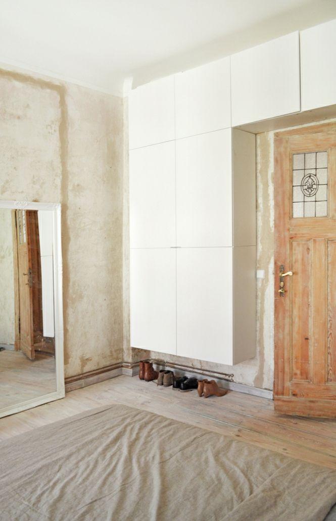 Berlin renoviert Shabby chic Industrialstil schäbige Wand weiß Schlafzimmer Holztür