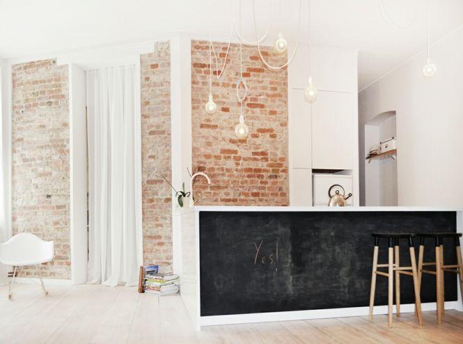 Berlin renoviert Shabby chic Industrialstil schwarze Tafel schäbige Wand weiß Gardine