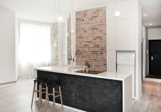 Berlin renoviert Shabby chic Industrialstil schwarze Tafel schäbige Wand weiß