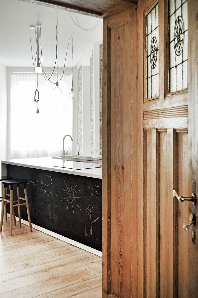 Berlin renoviert Shabby chic Industrialstil schwarze Tafel weiß Gardine Holztür Hängeleuchte
