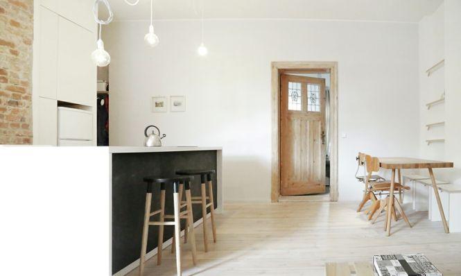 Berlin renoviert Shabby chic Industrialstil schwarze Tafel weiß Holztür