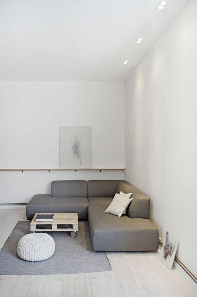 Berlin renoviert Shabby chic Industrialstil weiß grau Polstersessel Kaffeetisch Palettenmöbel