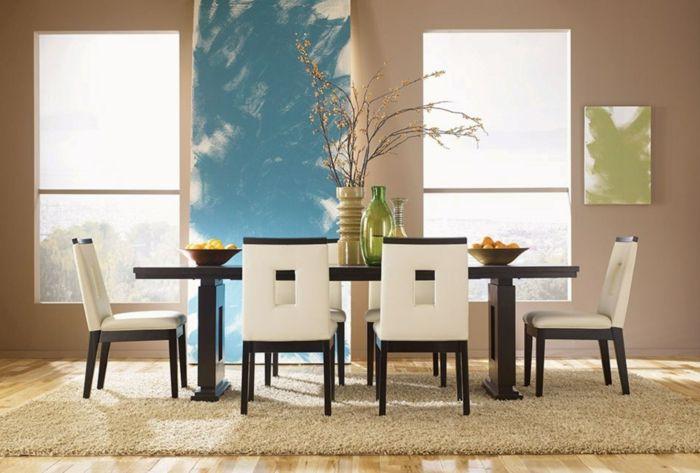 Blumen auf dem Tisch, Obst und bunte Wasserflaschen erfrischen die Atmosphäre und lassen die Küche lebendig wirken