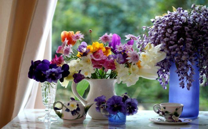 Blumenpracht auf der Festerbank als Frühlingsdekoration