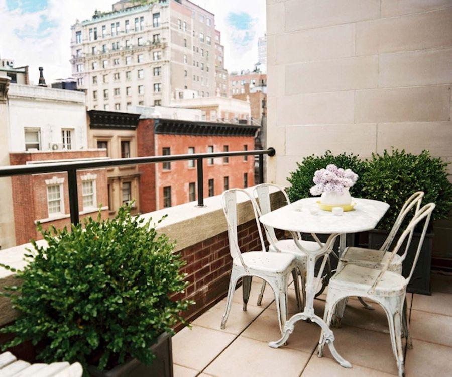 Der französische Stil auf dem Balkon schafft eine luxuriöse Ecke zu Hause