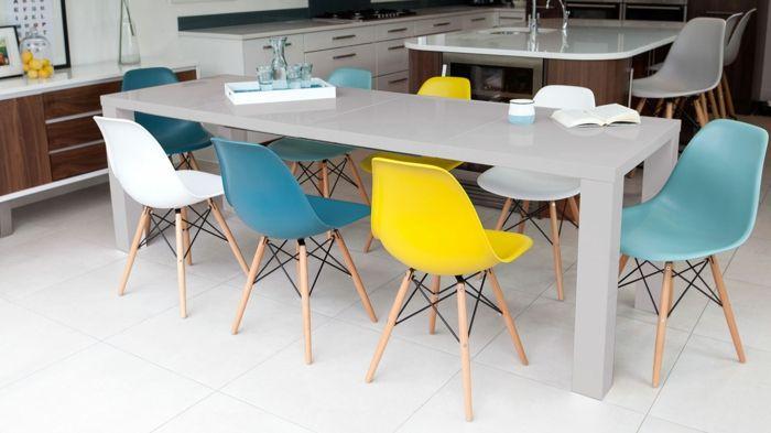 Bunte Stühle sorgen für Abwechslung rund um das Esstisch