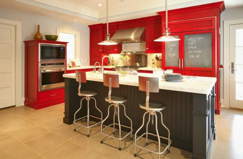 Das Feuerelement mit seiner roten Farbe passt gut in der Küche