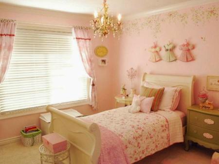 Das Kind sollte sowie die Tür als auch das Fenster sehen kann, wenn es im Bett liegt