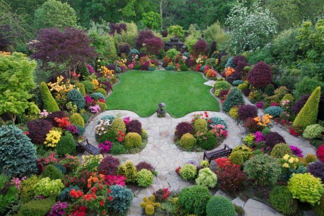 Der Heckenschnitt bildet einzelne Gartenabschnitte oder wird zum beruhigenden Hintergrund für Pflanzenkombinationen.