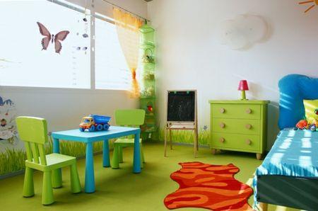 Der Schreibtisch sollte so positioniert sein, dass das Kind mit dem Rücken zur Wand sitzt und ins Zimmer blickt.