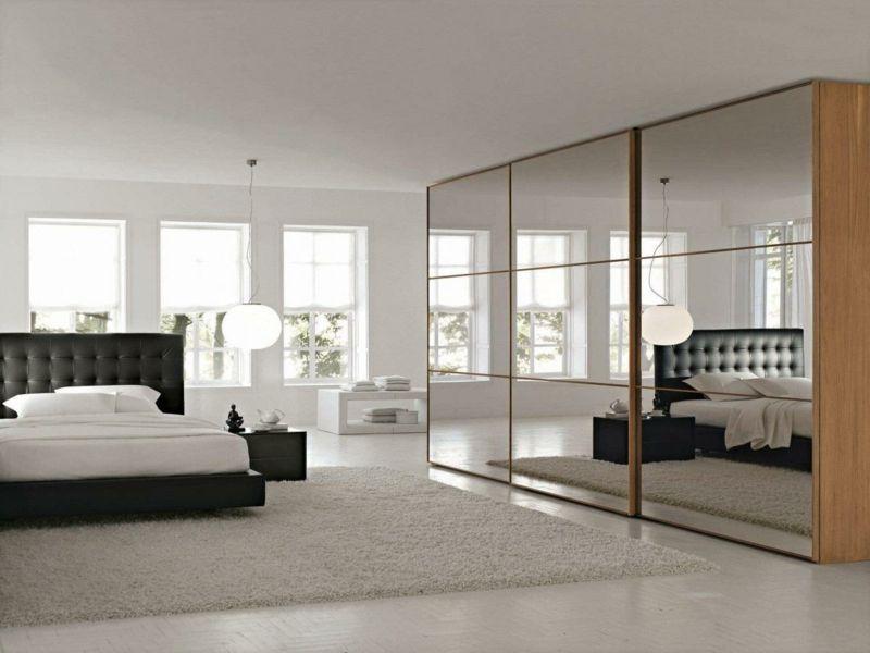 Der raumhohe Spiegelschrank lässt den Raum größer wirken