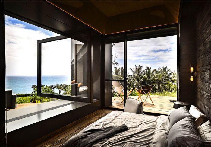 Designhaus Wohnidee Natur Stein Holz Pazifik Schlafzimmer Panoramafenster Bett